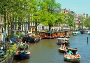 Canal_in_Jordaan,_Amsterdam